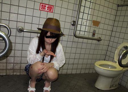 女の子が公衆トイレでエッチな格好になってる画像をうp[46枚] | ギャルル | エロ画像,公衆便所,SMプレイ,性奴隷,エロ撮影