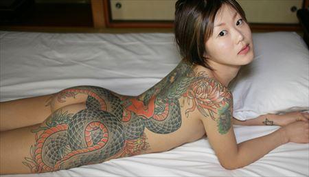 刺青入りのお姉さんが卑猥なボディを見せてくれる画像が過激すぎww[40枚] | ギャルル | エロ画像,刺青・タトゥー,エロ撮影