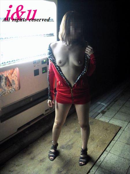 エッチ好きそうな美人さんが自販機の前で露出プレイしてる画像をお楽しみ下さい[37枚] | おっぱい画像とエロメガネ | エロ画像,野外プレイ,エロ撮影,露出プレイ