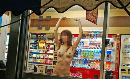 お姉さんが自販機の前でモロ露出してる画像って、なんでこんなエロいんだ?[37枚] | おっぱい画像とエロメガネ | エロ画像,野外プレイ,エロ撮影,露出プレイ