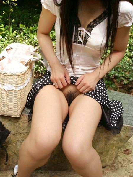 色気のある女が自分からスカートたくし上げてパンツ見せちゃう画像まとめ[32枚] | ギャルル | エロ画像,スカートめくり,露出,変態,パンツ見せ,露出,パンモロ