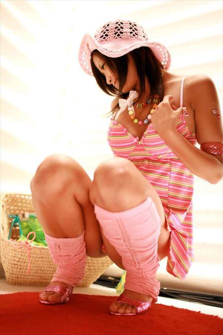 女の子がしゃがんで油断して下着がみえてる画像の頂点を決めようジャマイカ[45枚] | おっぱい画像とエロメガネ | エロ画像,チラリズム,パンチラ