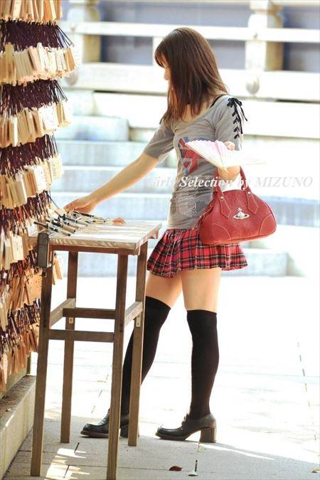 女の子が服を着たままニーソでHなサービスしてくれる画像から目が離せない[36枚] | ギャルル | エロ画像,着衣SEX,着エロ,ニーソ