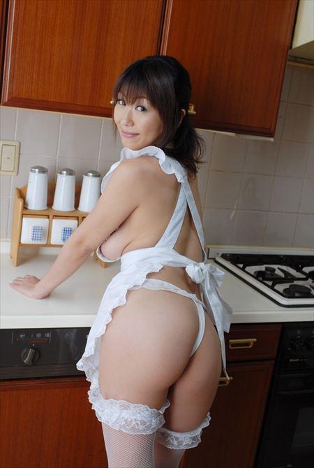 エッチ好きそうな人妻が裸エプロン姿で誘ってくる画像をお楽しみ下さい[30枚] | おっぱい画像とエロメガネ | エロ画像,主婦人妻,裸エプロン,コスプレ