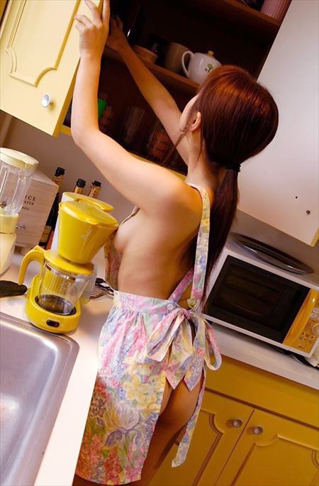 いい感じの若奥さんが裸エプロン姿でめっちゃエロくなってる画像、どれが一番抜ける?[30枚] | 日刊:熟女と人妻エロス | エロ画像,主婦人妻,裸エプロン,コスプレ