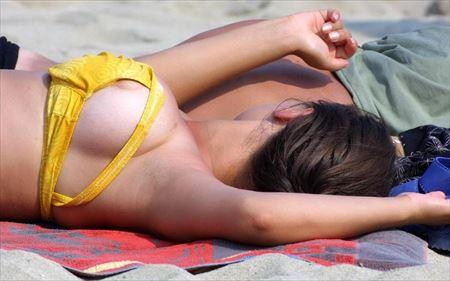 外国人が海や砂浜で胸チラしてる画像集めてみた[26枚] | ギャルル | エロ画像,外国人,野外露出,素人,チラリズム,胸チラ