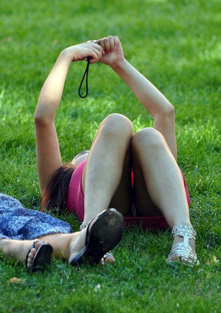 一眼カメラ女子が油断して下着がみえてる画像がめちゃシコ[20枚] | おっぱい画像とエロメガネ | エロ画像,カメラ女子,チラリズム,パンチラ