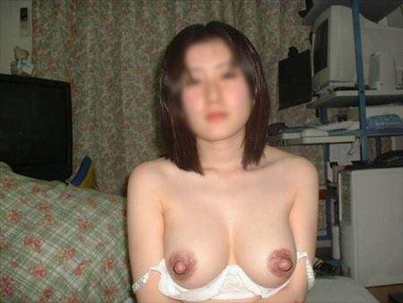 おっぱいを出した25歳くらいの人妻がエロい事してる画像が最高にアツい[15枚] | おっぱい画像とエロメガネ | エロ画像,おっぱい,巨乳,20代,主婦人妻