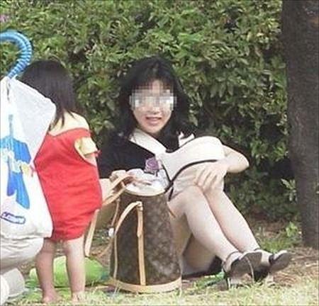 子連れの若奥さんがパンティ見えちゃってる画像をお楽しみ下さい[15枚] | 日刊:熟女と人妻エロス | エロ画像,主婦人妻,チラリズム,パンチラ