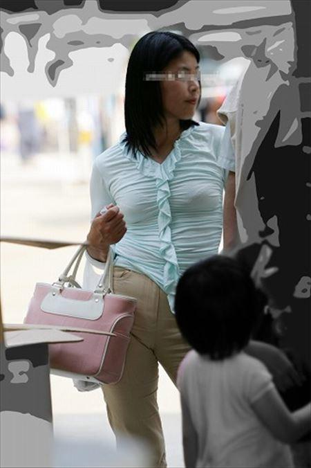 子連れの人妻が胸チラパンチラしちゃってる画像から目が離せない[25枚] | 日刊:熟女と人妻エロス | エロ画像,主婦人妻,チラリズム,パンチラ,胸チラ