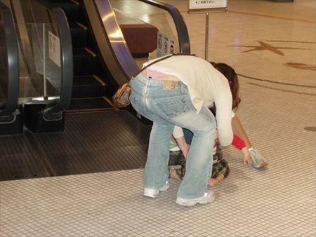 子供と一緒の若奥さんが胸チラ&パンチラしちゃった画像で、まったりシコシコ[25枚] | 日刊:熟女と人妻エロス | エロ画像,主婦人妻,チラリズム,パンチラ,胸チラ
